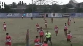 Video: Cầu thủ đánh nhau trên sân, trọng tài rút cùng lúc 13 thẻ đỏ