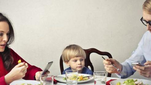 Phụ huynh tay không rời điện thoại kể cả khi ngồi ăn khiến con cái gặp phải vấn đề nghiêm trọng này