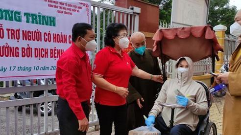 Trao tặng 500 'Túi quà Chữ thập đỏ' đến hộ dân có hoàn cảnh khó khăn do dịch Covid-19