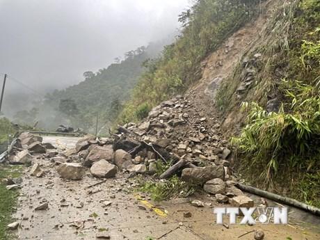 Mưa lớn gây thiệt hại và ách tắc giao thông tại Kon Tum, Nghệ An