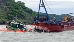 Chìm tàu chở dầu do va phải đá ngầm, 2 người thương vong