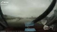 Phóng nhanh giữa trời mưa, Mercedes trượt bánh quay 360 độ trên cao tốc