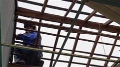 Lốc xoáy khiến 45 ngôi nhà bị tốc mái ở Quảng Ngãi