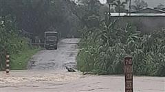 Mưa lớn gây ách tắc giao thông, mất điện tại miền núi Quảng Nam