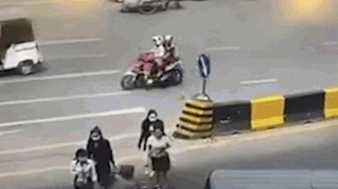 Video: Cô gái băng qua đường, bị cướp 2 lần chỉ trong vài giây
