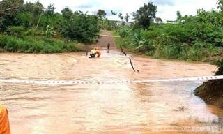 2 người đi xe máy bị nước lũ cuốn được cứu thoát chết