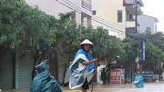 Lũ tràn vào nghìn ngôi nhà ở Quảng Bình, dân dùng thuyền đi lại trên phố