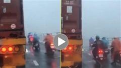 Năng lượng tích cực: Tài xế lái Container đi chậm chắn gió cho xe máy