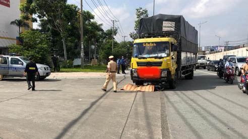 Thương tâm: Người phụ nữ bị xe tải cuốn vào gầm
