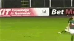Video: Bị thủng lưới, thủ môn tức tối lao tới đánh gục hậu vệ đội nhà