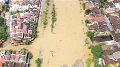 Quảng Nam: Lũ rút, rác thải tràn ngập phố cổ Hội An