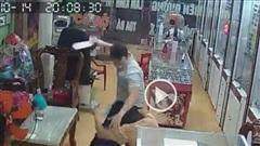 Cầm dao xông vào tiệm kính mắt hành hung phụ nữ