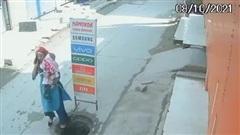 Vừa đi vừa nghe điện thoại, người phụ nữ bế con nhỏ gặp nguy hiểm