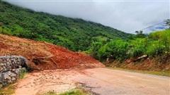 Sạt lở núi, hàng ngàn m3 đất đá vùi lấp quốc lộ lên huyện biên giới Thanh Hóa