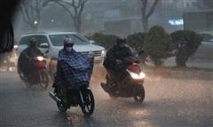 TPHCM mưa tầm tã, ôtô, xe máy bật đèn giữa ban ngày