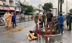 TPHCM: Tránh xe đạp lên cầu, người phụ nữ bị xe tải cán tử vong