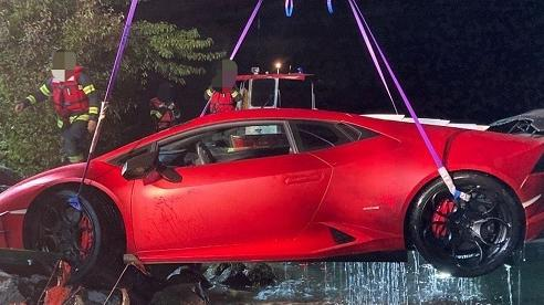 Tài xế đạp nhầm chân ga, siêu xe Lamborghini rơi tõm xuống hồ