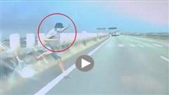 'Vượt rào' trên cao tốc, người đàn ông đi bộ suýt gặp nạn với ô tô phóng nhanh