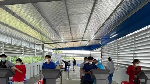 Người từ vùng 4 vào Quảng Ninh được xe đưa từ chốt kiểm soát về địa phương