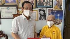 Bí thư Thành ủy TPHCM Nguyễn Văn Nên trao Huy hiệu TPHCM đến Ni trưởng Thích Nữ Diệu Nghĩa