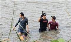 Cảnh sát dầm mình dưới hồ mò cây búa là hung khí gây án mạng