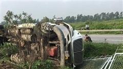 Lật xe container, cao tốc Hà Nội - Bắc Giang ùn tắc kéo dài