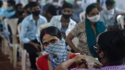 Tiêm 1 tỉ liều vắc-xin, Ấn Độ 'ăn mừng' theo cách đặc biệt