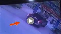 Xe bán tải vào trường học đón con gây tai nạn cho cháu bé