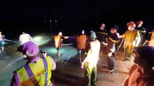 Quảng Ngãi: Hai vợ chồng đi xe tải bị lũ cuốn trôi mất tích