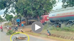 Xe máy vào cua lấn làn va chạm với xe tải