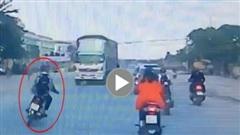 Thanh niên lái xe máy đánh võng, đùa với 'tử thần'