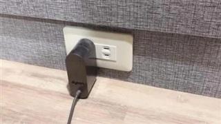 Cắm sạc không vào, vợ kiểm tra ổ điện thì phát hiện bí mật của chồng