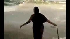 Video: Cụ bà dùng tay không kéo lê con rắn trên đường