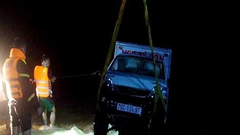 Ô tô bị nước cuốn trôi, hai vợ chồng mất tích ở Quảng Ngãi