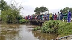 Phát hiện thi thể 2 cha con tử vong dưới sông cùng xe máy