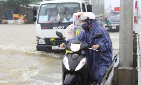 CSGT giúp đẩy xe máy, dùng ôtô chở người qua đoạn QL1A bị ngập
