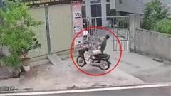 Nam thanh niên đi xe máy mất lái, phi thẳng vào nhà dân