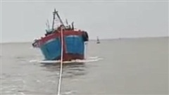 Quảng Ngãi: Cứu tàu cá cùng 9 ngư dân gặp nạn giữa thời tiết nguy hiểm