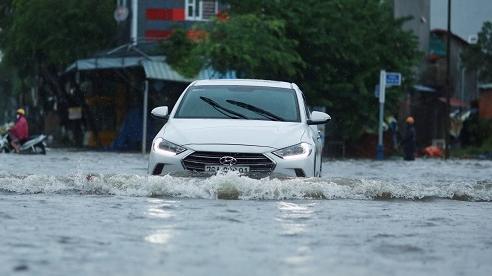 Mưa trắng trời, nhiều tuyến phố ở Quảng Ngãi ngập mênh mông