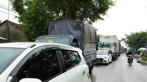 Quốc lộ 1A ngập sâu, ô tô xếp hàng dài chờ lên cao tốc Đà Nẵng - Quảng Ngãi