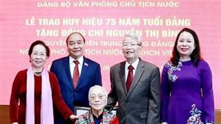 Chủ tịch nước trao 'Huy hiệu 75 năm tuổi Đảng' cho nguyên Phó Chủ tịch nước Nguyễn Thị Bình