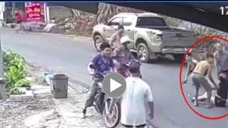 Nữ tài xế xe máy vào cua mất lái, dùng chân 'cản va chạm' với xe bán tài