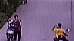 Video: Thấy thanh niên say xỉn, tài xế xe ôm giả vờ giúp đỡ rồi cuỗm sạch tài sản
