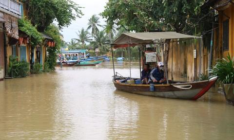 Quảng Nam: Mưa lớn sạt lở gây ách tắc cao tốc, ngập sâu nhiều nơi