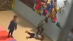 Bé gái bị đánh, đạp bầm dập trong lớp, cô giáo không biết