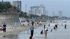 Nhiều người từ TP HCM, Đồng Nai, Bình Dương về Vũng Tàu tắm biển