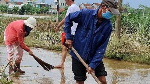 [Ảnh] Người dân vùng rốn lũ ở Quảng Ngãi hối hả dọn dẹp sau lũ