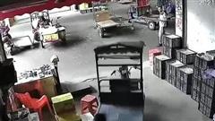 Người đàn ông ngồi trong nhà cũng bị xe 3 bánh đâm gây thương tích
