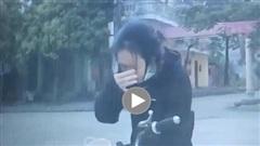 Mải 'thưởng thức' trà sữa, cô gái lao thẳng vào đầu xe ô tô