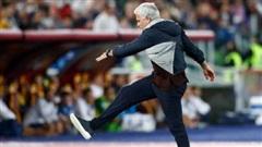 Mourinho gây náo loạn Serie A, 'rủ' đồng nghiệp cùng… ăn thẻ đỏ